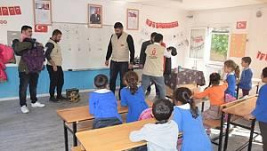 Suriye Sınırındaki Öğrencilere Kışlık Kıyafet Yardımı
