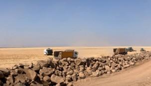 Koyunlara el koyan (TİGEM), şimdi de arazinin sınırlarına duvar örülüyor.