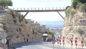 Birecik'te 70 Yıllık Köprü Tehlike Saçıyor